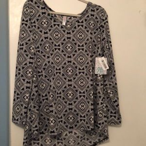 Lularoe. Lynnae  Black / white shirt